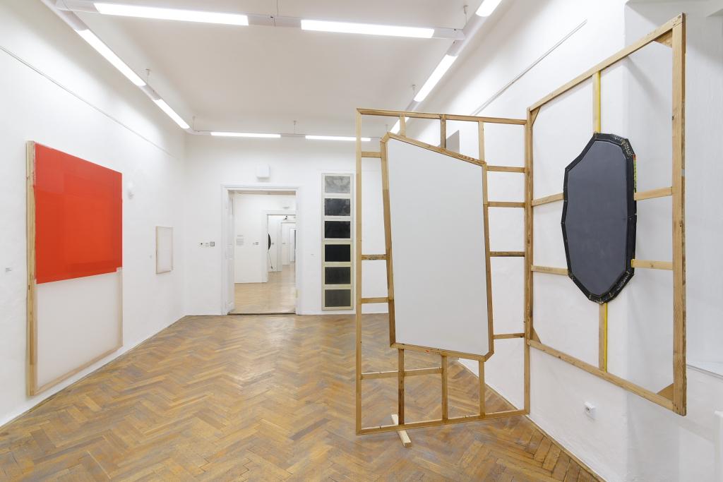 pohled do expozice, kurátor Jan Kralevič